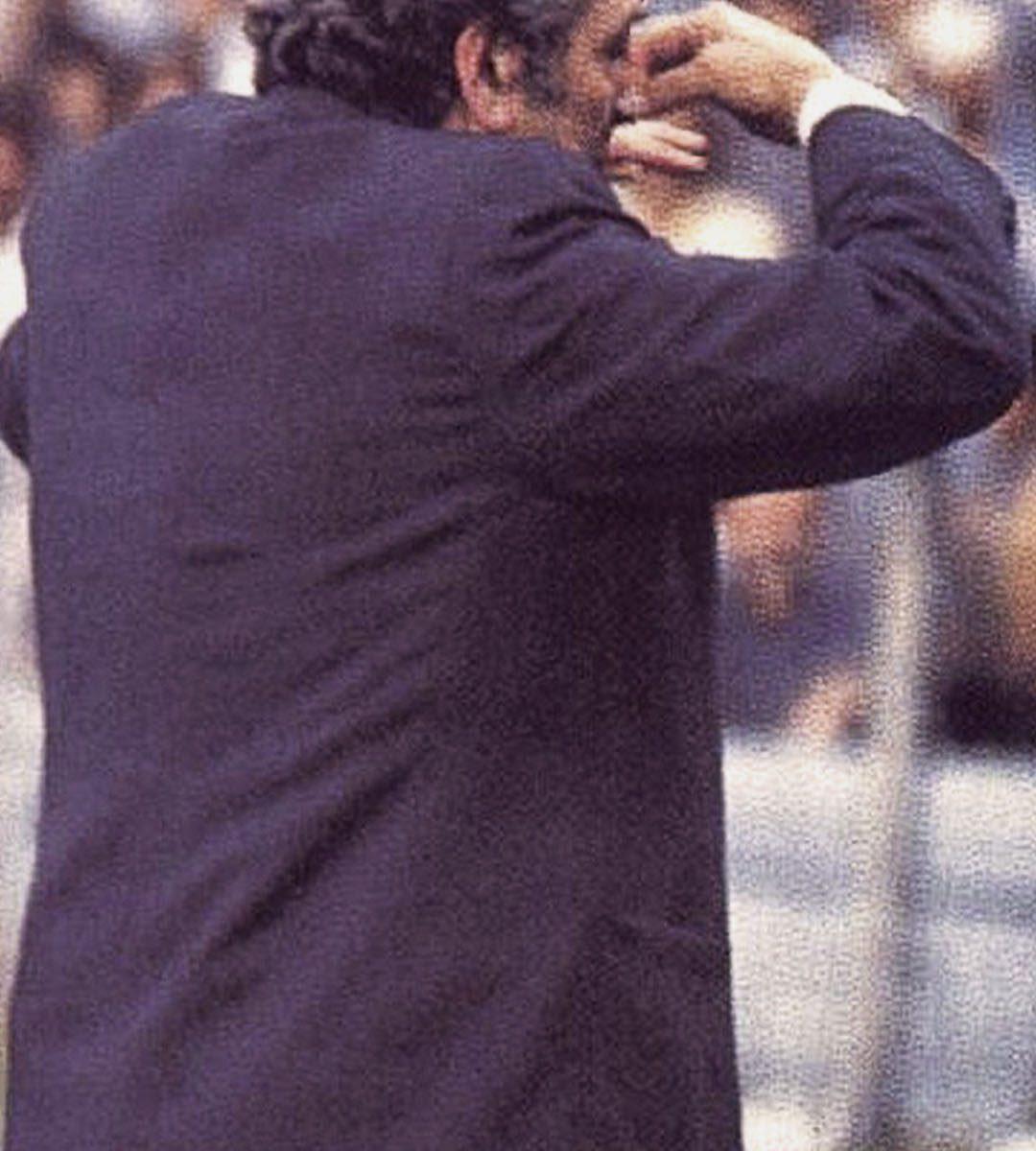 imagenes-de-river-plate-para-fondos-de-pantalla-para-celular-wallpaper-de-river-Ángel Amadeo Labruna se tapa la nariz en la bombonera (cancha de boca)